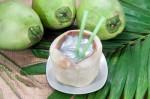 Bầu bì nên uống nước dừa không? có sao không?