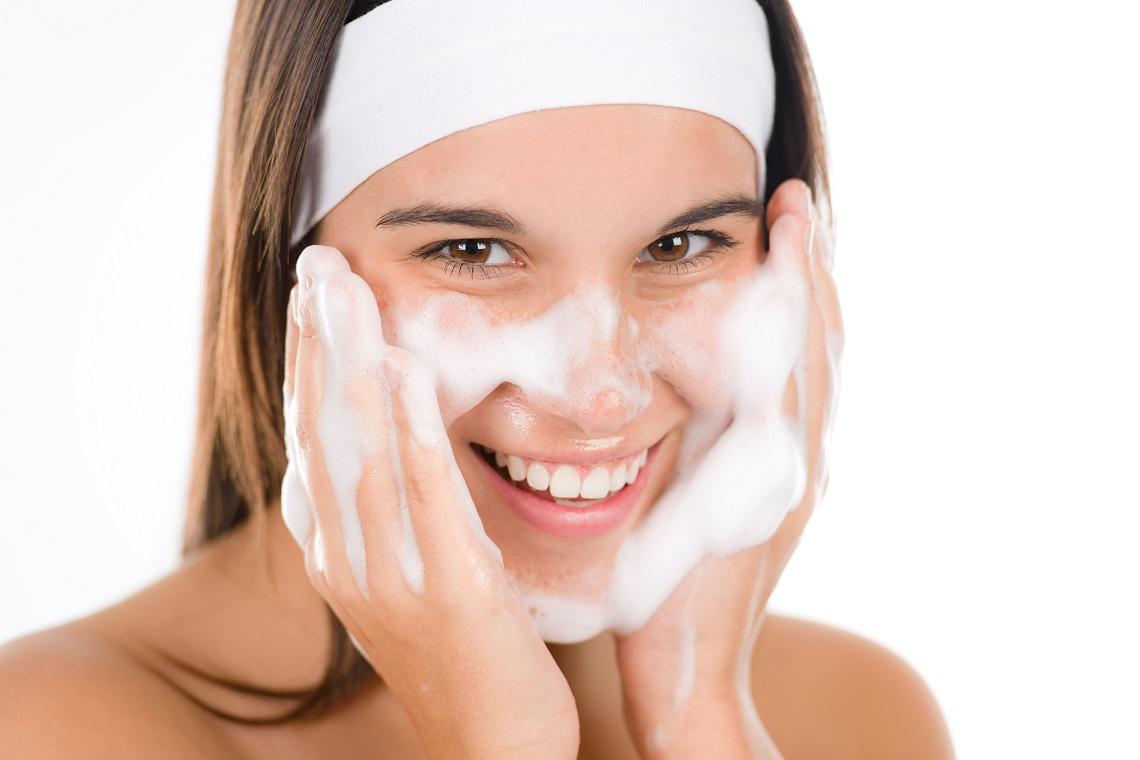 rửa mặt với sữa rửa mặt