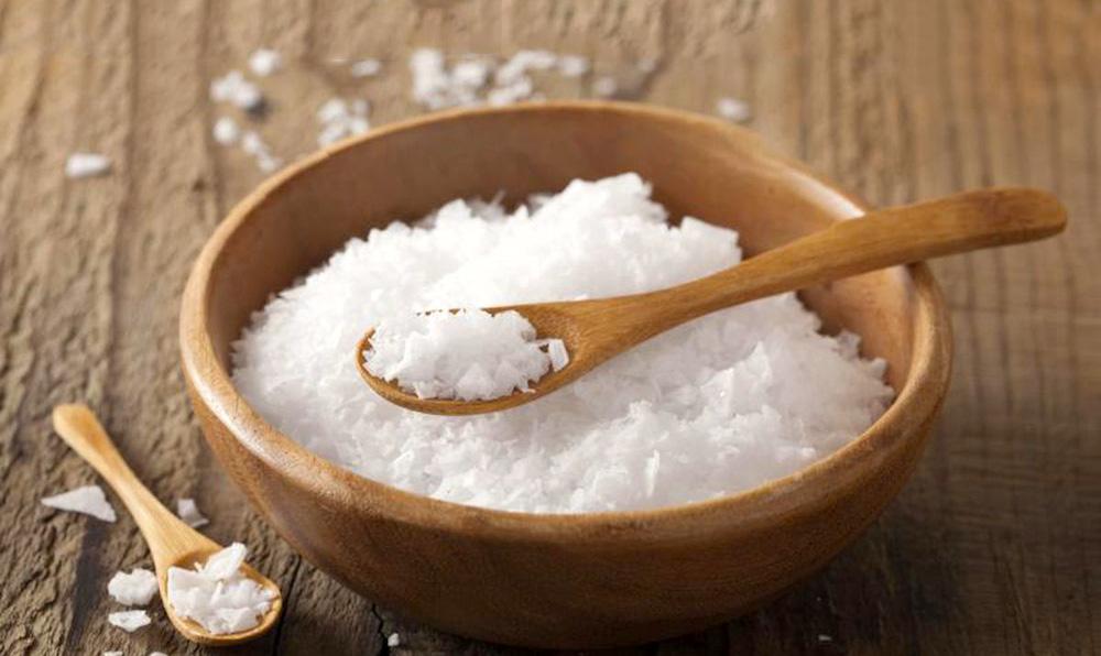 rửa mặt với muối