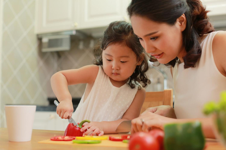 Học mẹ Nhật dạy trẻ làm bếp để con ăn ngoan hơn, tại sao mẹ chưa thử? - ảnh 4