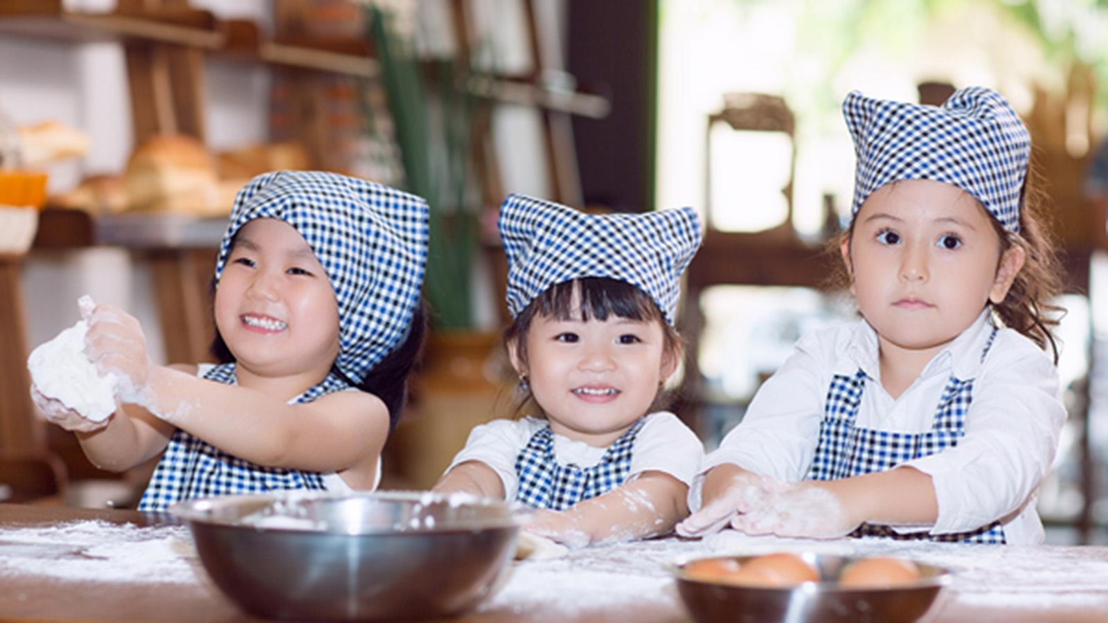Học mẹ Nhật dạy trẻ làm bếp để con ăn ngoan hơn, tại sao mẹ chưa thử? - ảnh 2