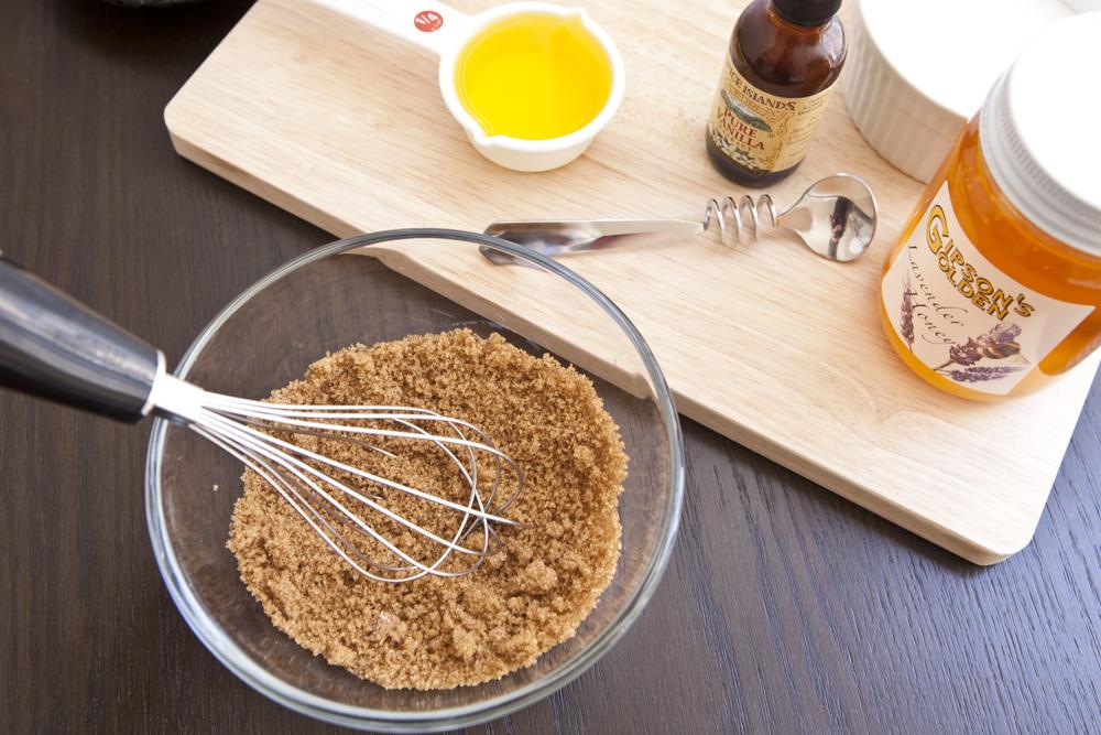 Đường nâu và mật ong loại bỏ tế bào chết rất hiệu quả