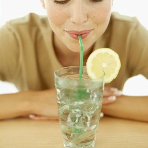 Không dùng ống hút khi uống nước