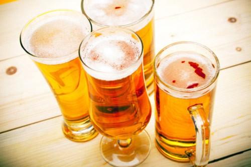 Cách rửa mặt bằng bia cơ bản