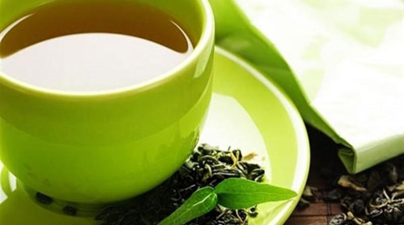rửa mặt với nước trà xanh