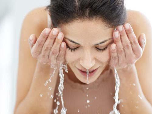rửa mặt với nước lạnh