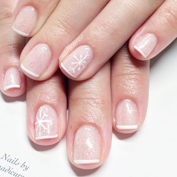 Kiểu vẽ móng Pháp kết hợp với nhũ và họa tiết bông tuyết điểm xuyết ở ngón áp út.