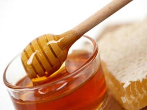 Mật ong giúp dưỡng ẩm, xóa mờ vết thâm