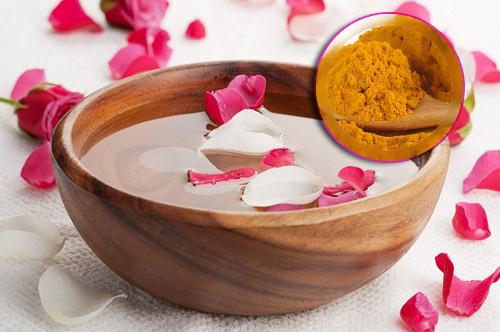 bột nghệ và nước hoa hồng giúp làm trắng da hiệu quả