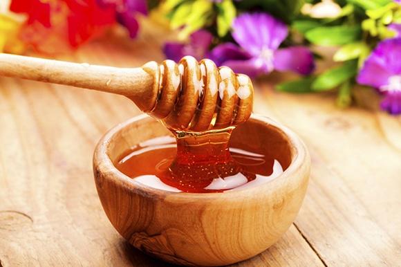 mật ong kết hợp với nha đam giúp trị mụn hiệu quả