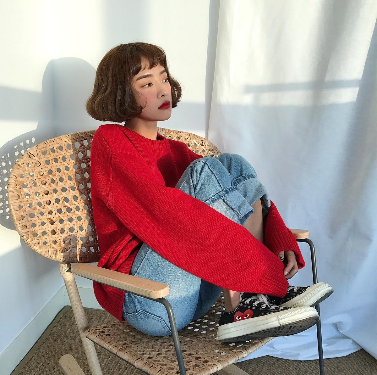 12 Gợi ý mix đồ với áo len đỏ xinh lung linh cho bạn đi chơi Giáng sinh