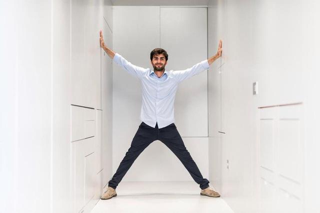 Sau khi đóng mọi cánh cửa tủ, nhà khá hẹp nên anh Leonardo không thể dang thẳng tay.