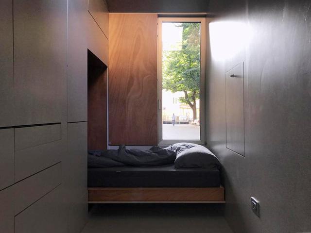 Tuy nhiên, khi cần dùng tiện nghi gì, gia chủ vẫn có được sự thoải mái. Lúc cần nghỉ ngơi, chủ nhà sẽ hạ giường đôi được xếp gọn trong tủ xuống.