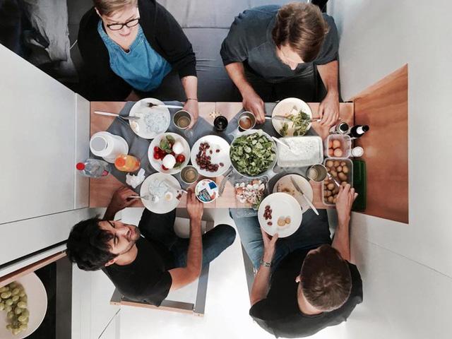 Một tấm ván hẹp gập gọn trên vách tủ sẽ trở thành bàn ăn. Bốn người lớn có thể cùng ngồi thưởng thức bữa tối tại đây.