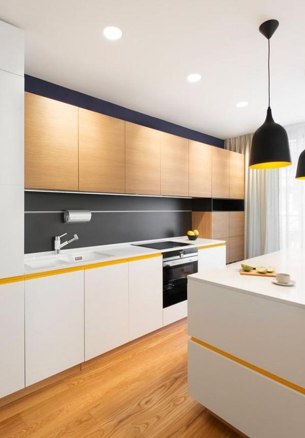 Tủ gỗ phía trên có cùng tông màu với sàn nhà tạo nên khung nền giúp không gian nấu nướng đẹp bất ngờ với điểm nhấn từ màu trắng nổi bật.