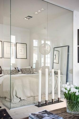 Ngôi nhà dùng kính thay bê tông tinh tế và lãng mạn - Ảnh 3.