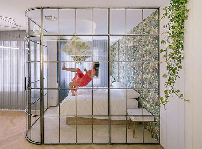 Ngôi nhà dùng kính thay bê tông tinh tế và lãng mạn - Ảnh 6.