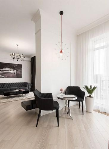 Nhờ việc tận dụng nguồn sáng tự nhiên cũng như sử dụng hệ thống đèn chiếu sáng, căn hộ trở nên hiện đại giống như những phòng khách sạn tiện nghi.