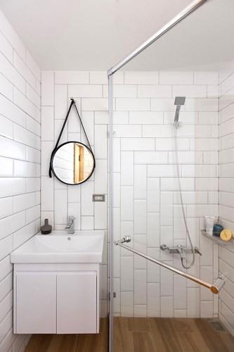 Phòng tắm dù nhỏ nhưng sạch sẽ với nội thất phủ bằng một màu trắng tinh khôi.