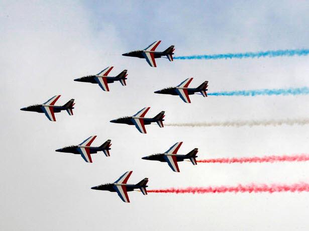 """Chiêm ngưỡng dàn máy bay hiện đại """"múa lượn"""" ở Paris - 1"""