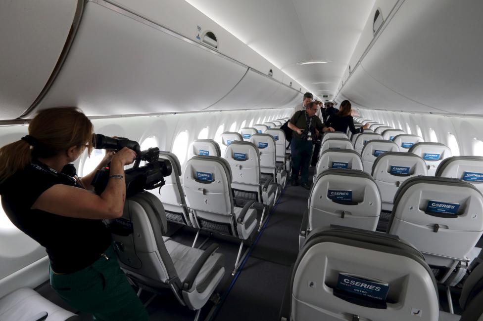 """Chiêm ngưỡng dàn máy bay hiện đại """"múa lượn"""" ở Paris - 12"""