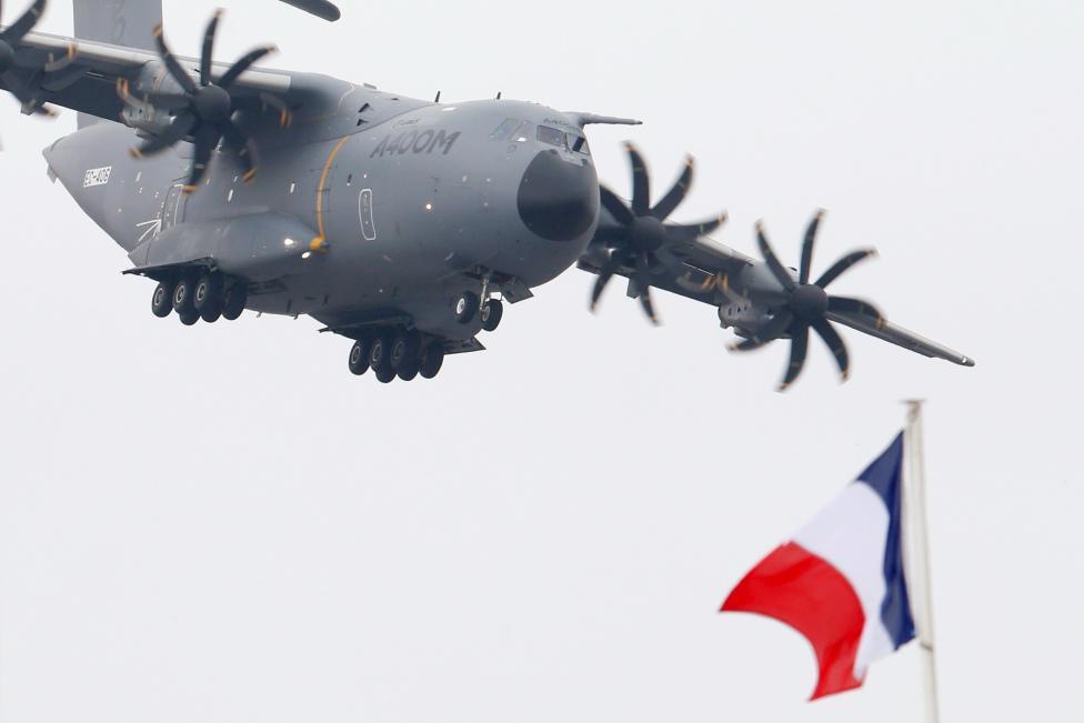 """Chiêm ngưỡng dàn máy bay hiện đại """"múa lượn"""" ở Paris - 4"""
