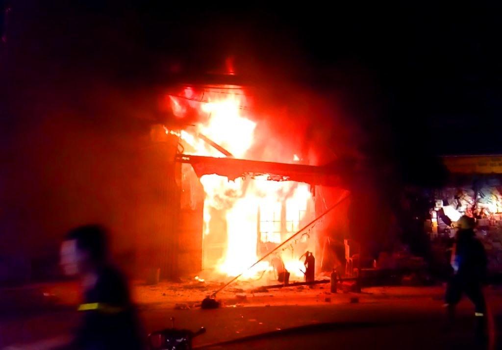 Biển lửa bao trùm cửa hàng tạp hóa nằm ở tầng trệt chung cư Nguyễn Trãi