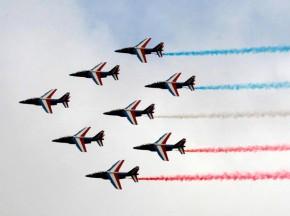 Chiêm ngưỡng dàn máy bay hiện đại múa lượn ở Paris | Tin tuc quoc te