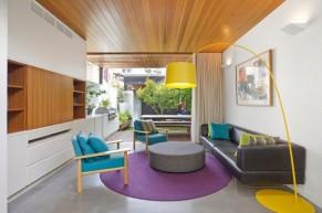 Không gian mát mẻ, thanh lịch với trần nhà bằng gỗ