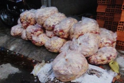Hơn 600kg đầu gà hôi thối nằm trên Quốc lộ 1A, quận 12. Ảnh:  CTV