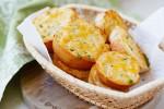 Cách làm bánh mỳ nướng bơ tỏi phô mai thơm nức mũi cho bữa sáng