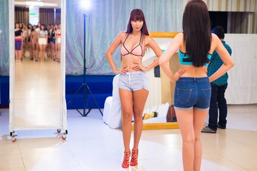 Hà Anh hở hết cỡ, dạy ứng viên hoa khôi diễn bikini - 3