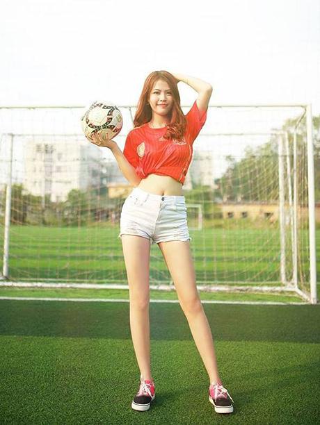 """Cô giáo 9x """"siêu mẫu"""" khoe dáng trong trang phục bóng đá"""