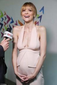 Thời trang váy xẻ ngực sâu của bà bầu Jaime King