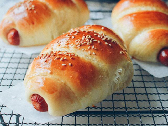 Bánh mì cuộn xúc xích nướng hấp dẫn - 1