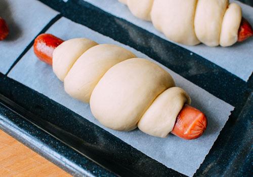 Bánh mì cuộn xúc xích nướng hấp dẫn - 4