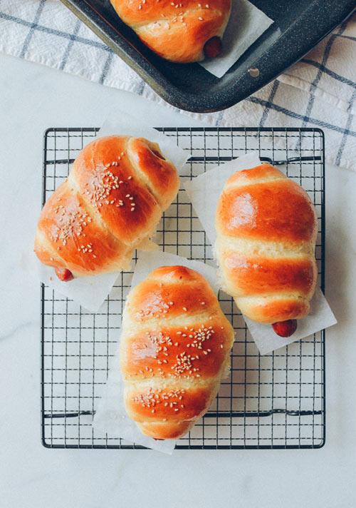 Bánh mì cuộn xúc xích nướng hấp dẫn - 5