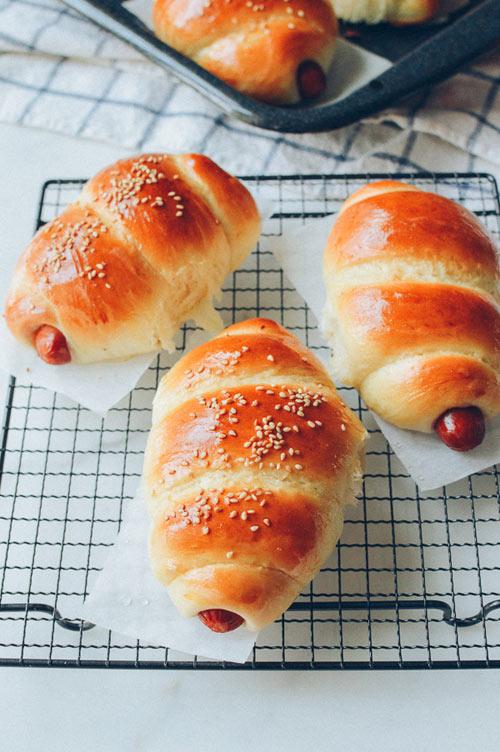 Bánh mì cuộn xúc xích nướng hấp dẫn - 6