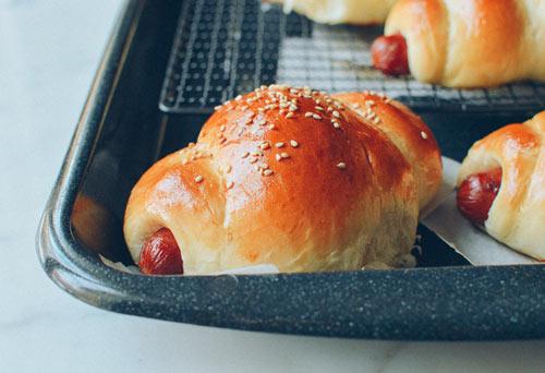 Bánh mì cuộn xúc xích nướng hấp dẫn - 8