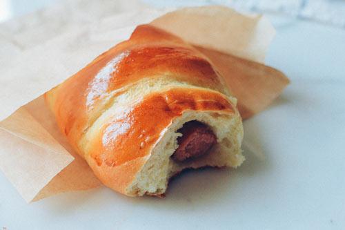 Bánh mì cuộn xúc xích nướng hấp dẫn - 9