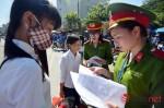 Nữ học viên Học viện Cảnh sát phơi nắng đón sĩ tử