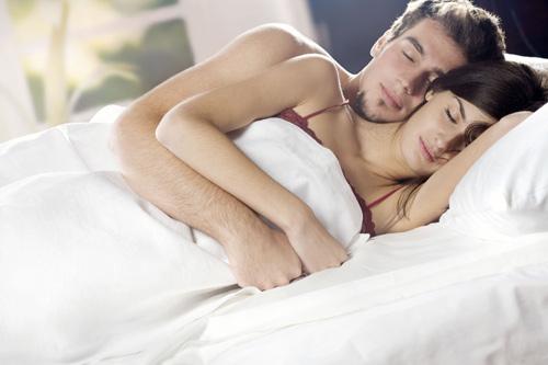 Tiết lộ tư thế ngủ của người chồng yêu vợ