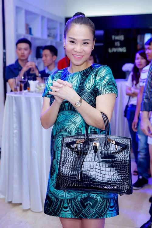 """Học sao Việt cách chọn váy suông để """"giấu nhẹm"""" bụng bầu - ảnh 2"""