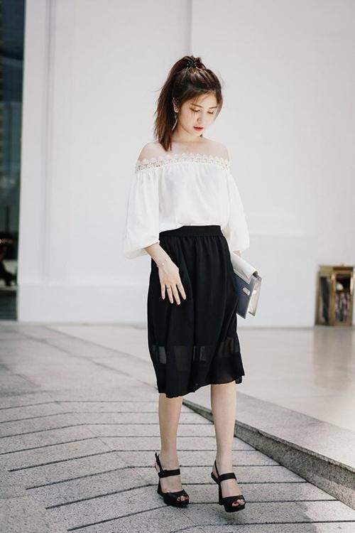 Với thiết kế hở trọn bờ vai mềm mại nên mốt váy, áo này luôn mang tới cho người mặc vẻ đẹp gợi cảm và quyến rũ khó cưỡng.