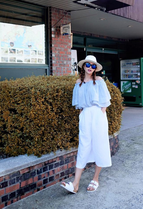 Ra đời từ những năm 90s, trang phục như áo trễ vai vốn đi liền với phong cách giàu nữ tính, duyên dáng nhưng không kém phần hấp dẫn. Cho dù các xu hướng mới có khác lạ và thú vị đến đâu thì những món đồ trễ vai vẫn luôn chiếm một vị trí thay thế trong tủ đồ của một quý cô sành điệu và luôn được ưa chuộng trong những ngày hè oi ả.