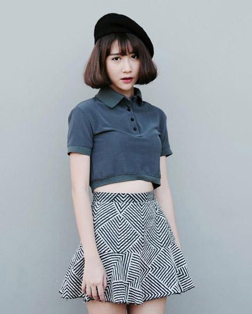 Có nhiều cách để phối đồ với một chiếc áo crop top, bạn có thể lựa chọn chân váy midi, quần jeans hay quần baggy.