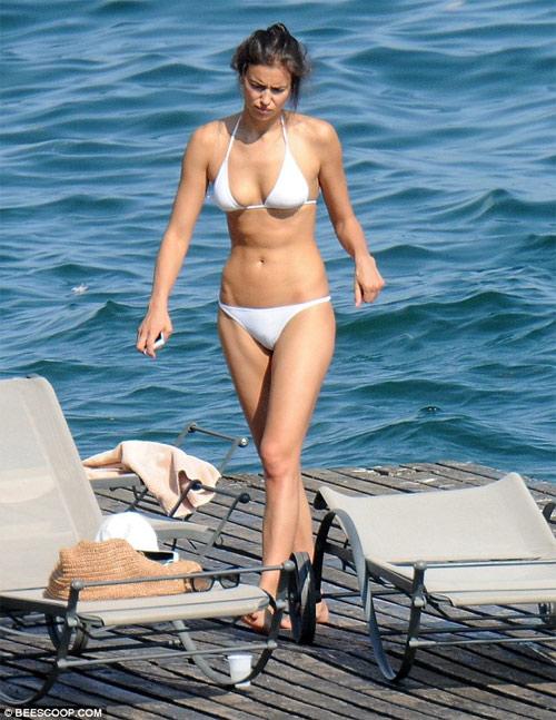 Irina Shayk mặc bikini gợi cảm, nhăn nhó vì nắng gắt - 2