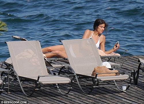 Irina Shayk mặc bikini gợi cảm, nhăn nhó vì nắng gắt - 4