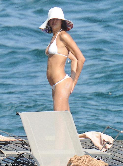Irina Shayk mặc bikini gợi cảm, nhăn nhó vì nắng gắt - 5