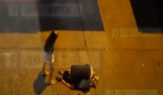 Thiếu nữ đánh bạn trai tàn nhẫn ngay giữa đường - 1